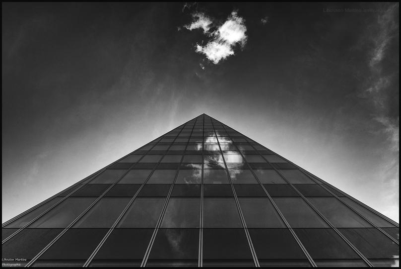 Le nuage qui si mirait dans la vitre ...