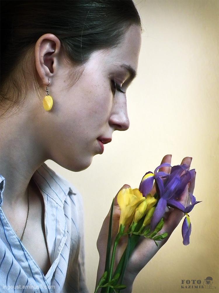 Flower lady: yellow-blue