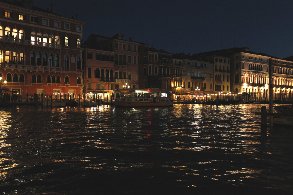 Le Grand canal aime la nuit.