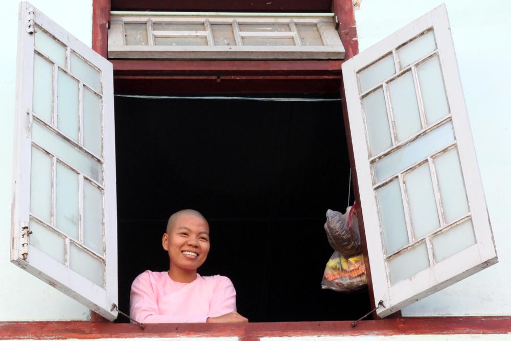 Jolie moinette à la fenêtre