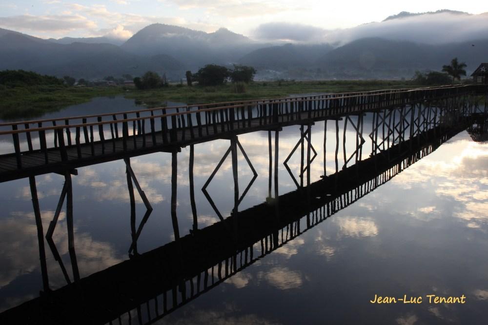 Passerelle sur le lac Inlé