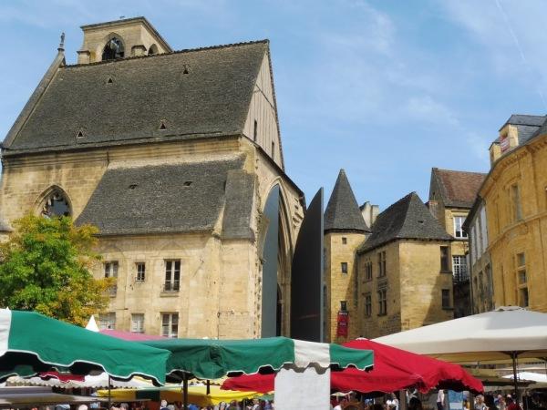 Sarlat, le marché et l'église Ste Marie