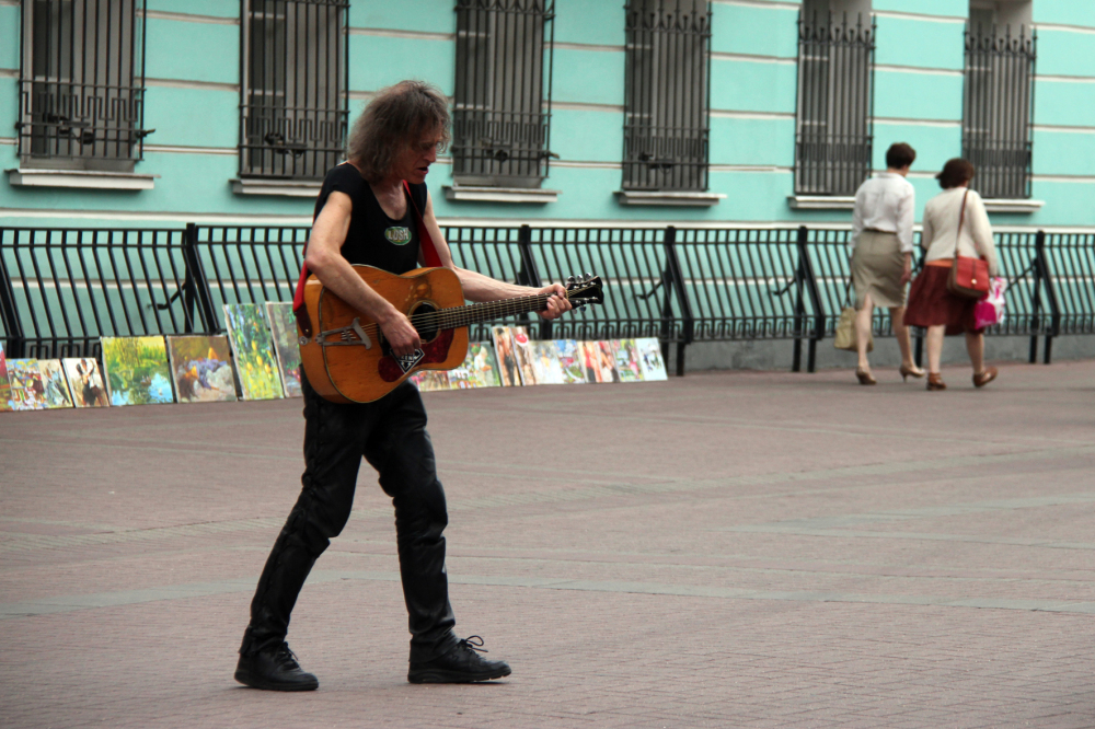 """Singing the """"Nothing else matters"""" in Arbat"""