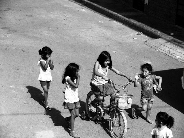 niños persiguiendo la bicicleta