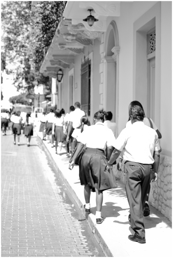 pupils walk thrut he streets of Casco Viejo