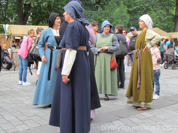 Women's costumes in the Middle Ages!