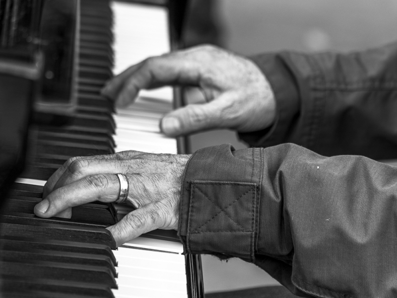 barcelona street people bw piano music