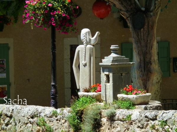 La femme au pigeon Moustiers Ste Marie Provence