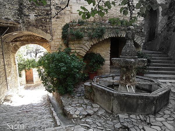 Fontaine  village du Crestet Provence