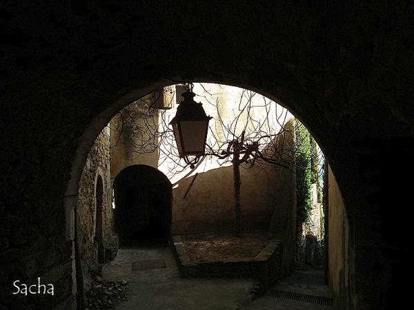 """Dans l'ombre ... village de Ménerbes """" Provence"""""""