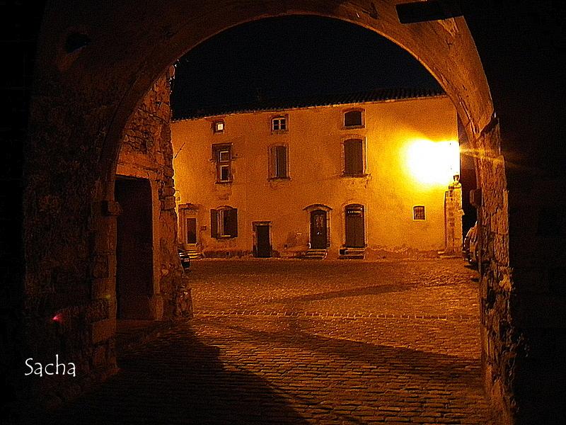Place de l'Horloge  village de Ménerbes