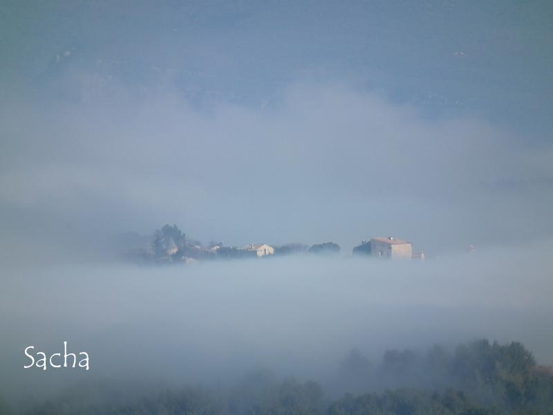 Village du Luberon émergeant de la brume