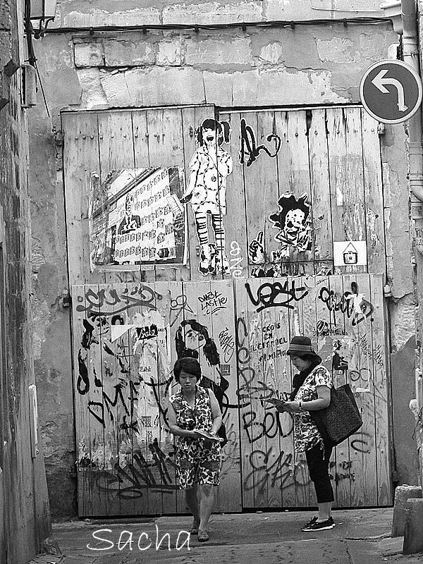 Les murs s'affichent  en  Arles
