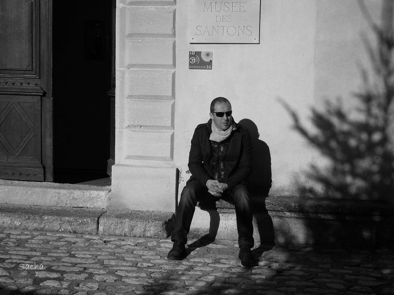 L'homme  assis en compagnie de son ombre
