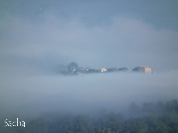 Brouillard sur le village de Goult Luberon