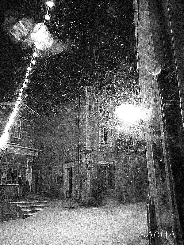 Ménerbes de nuit sous la neige