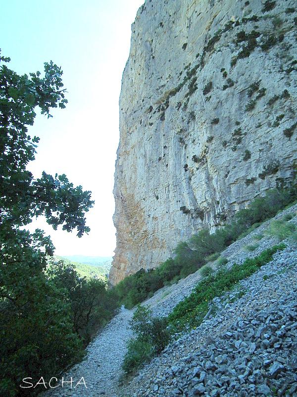 Chemin des Fenestrettes au pied de la Bissone