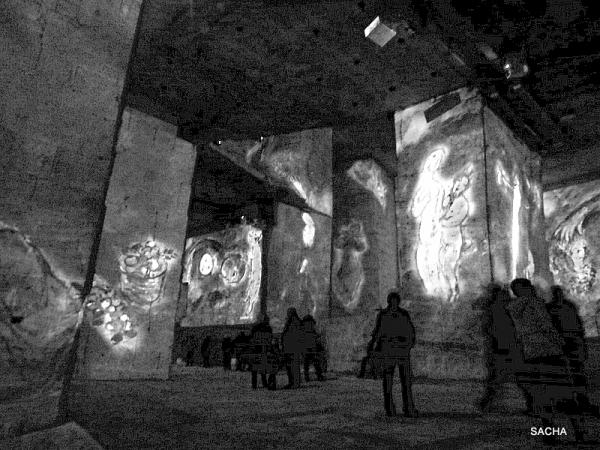 Spectateurs au centre des Carrières de Lumières