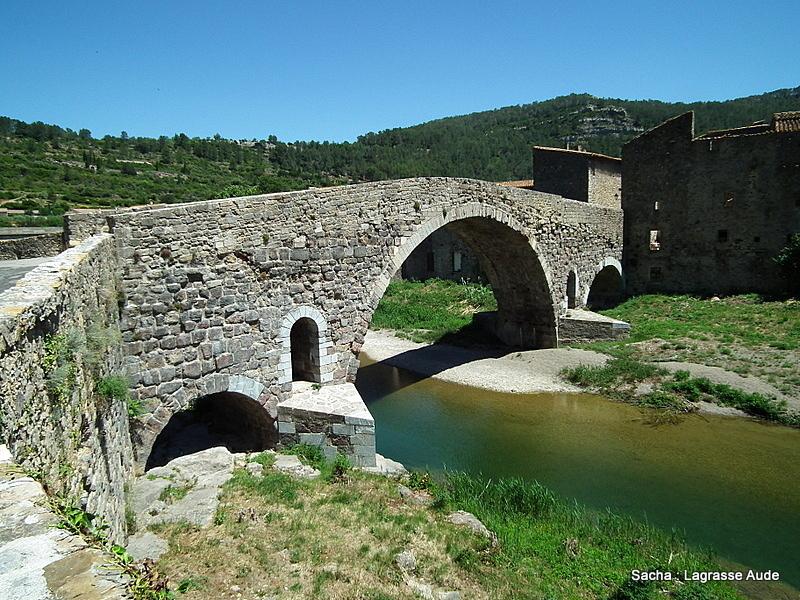 """Vieux pont """" dos d'âne """" Lagrasse Occitanie"""
