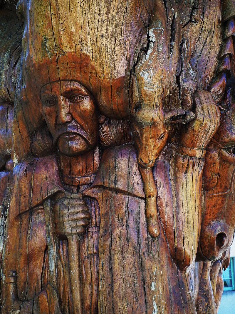 "Arbre sculpté "" village de  Caylar """