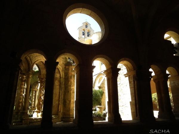 Cloître Abbaye de Valmagne pays de Thau