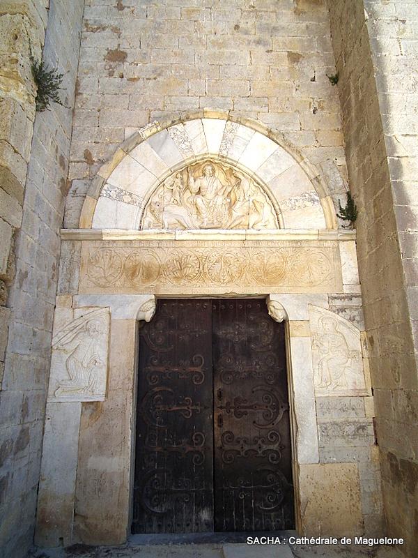 Entrée cathédrale de Maguelone