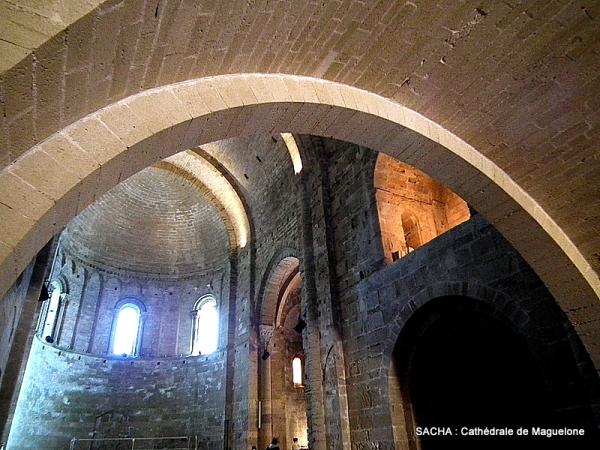 Vue intérieure de la Cathédrale de Maguelone