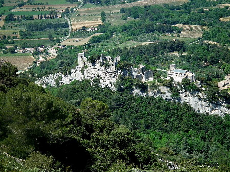 Sur son éperon rocheux  le Vieil Oppede Luberon