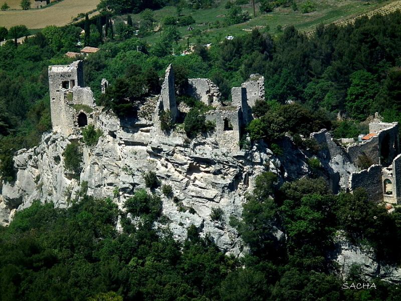 Zoom sur les vestiges du château du Vieil Oppede
