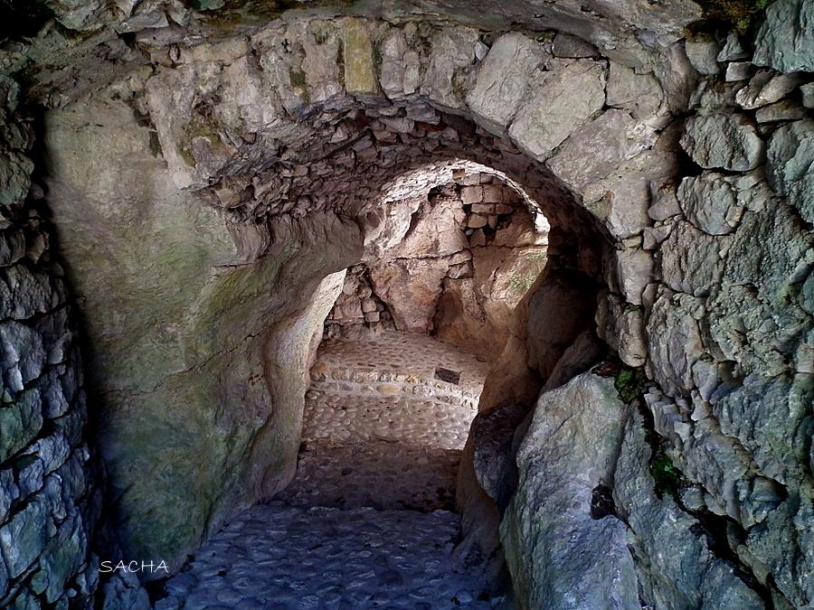 Calade creusée dans la roche  village de Balazuc