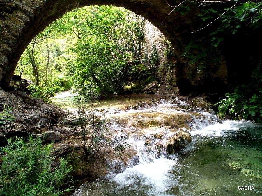 """Vieux pont  """" dos d'âne """" village de Rochecolombe"""