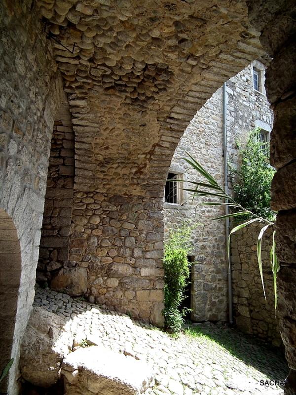 Passage  et calade Labeaume Ardèche