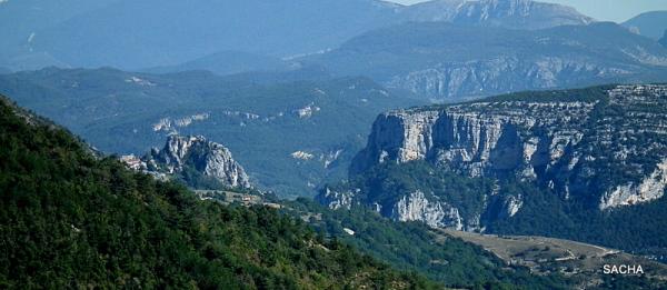 Gorges du Verdon ( à gauche le village de Rougon )