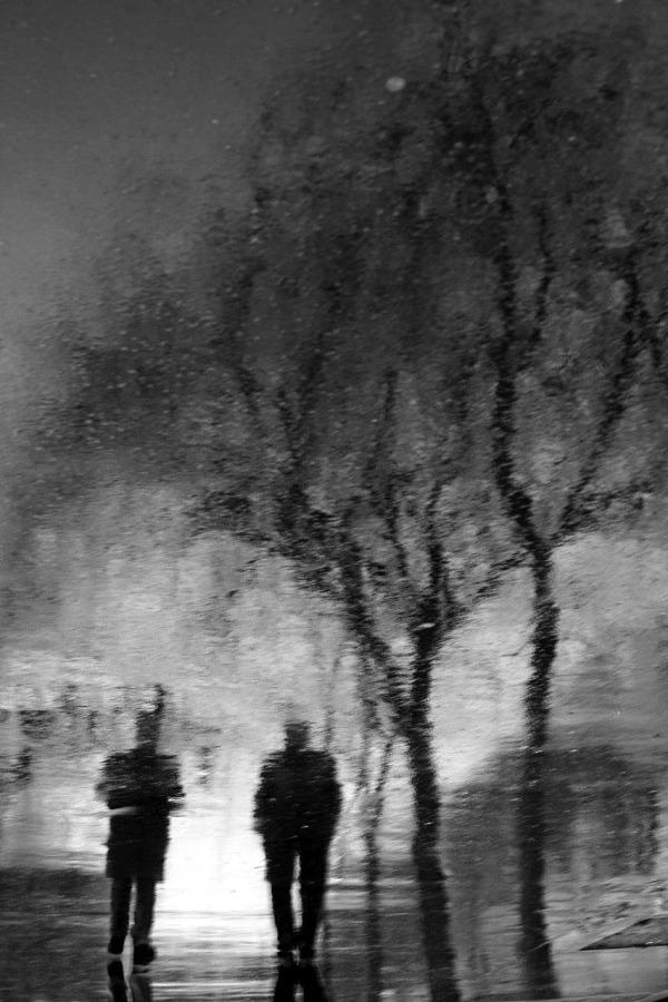 Pluie Paris noir-blanc reflet ombre
