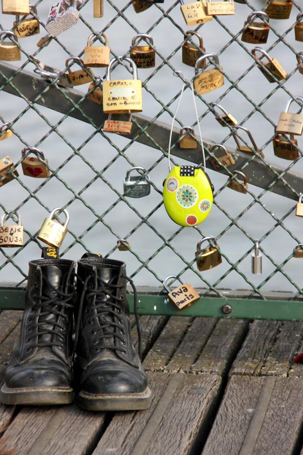 Chaussures, cadenas, Pont-des-arts, Paris
