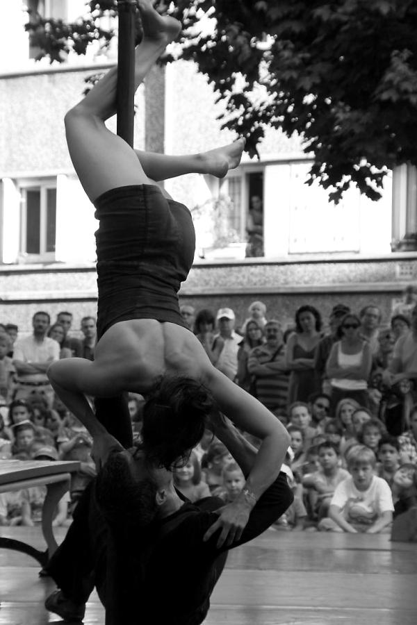 spectacle danse rue festival suresnes noir-blanc a