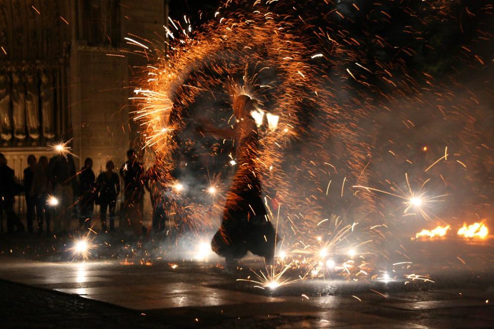 paris nuit rue artiste jongleur feu