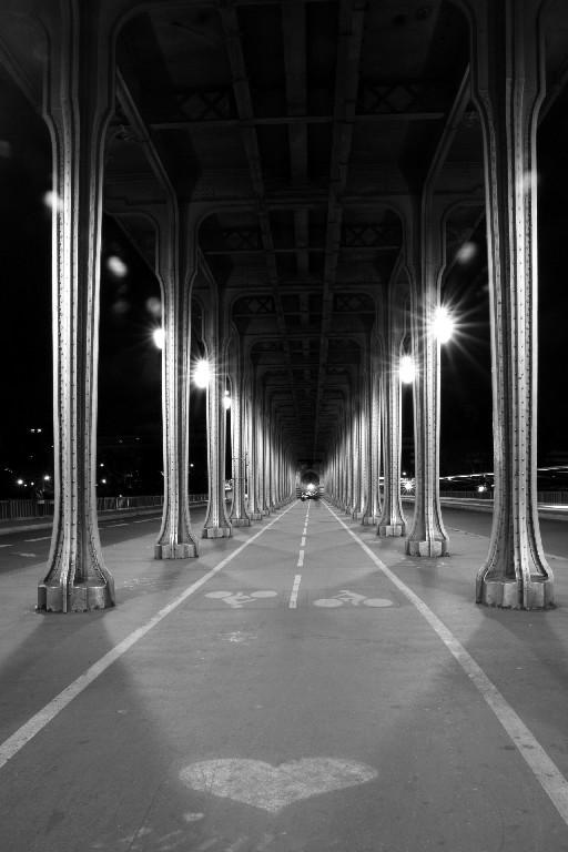 paris noir-blanc pont lumière coeur