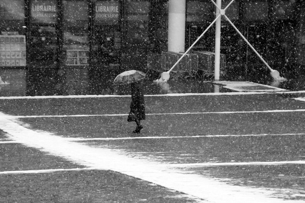 paris parapluie noir-blanc neige Beaubourg