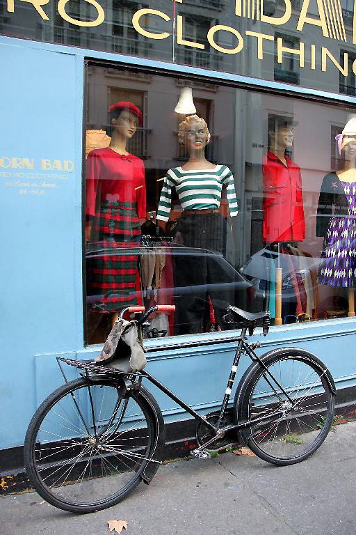 Paris devanture vitrine vélo mannequin