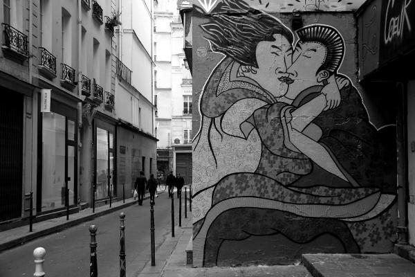 paris rue collage amoureux noir-blanc