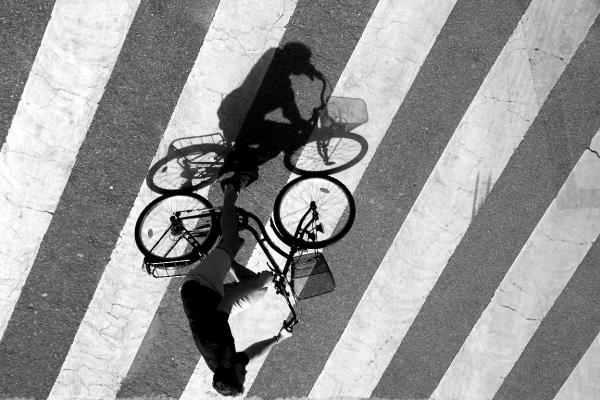 paris vélo noir-blanc ombre passage-piéton