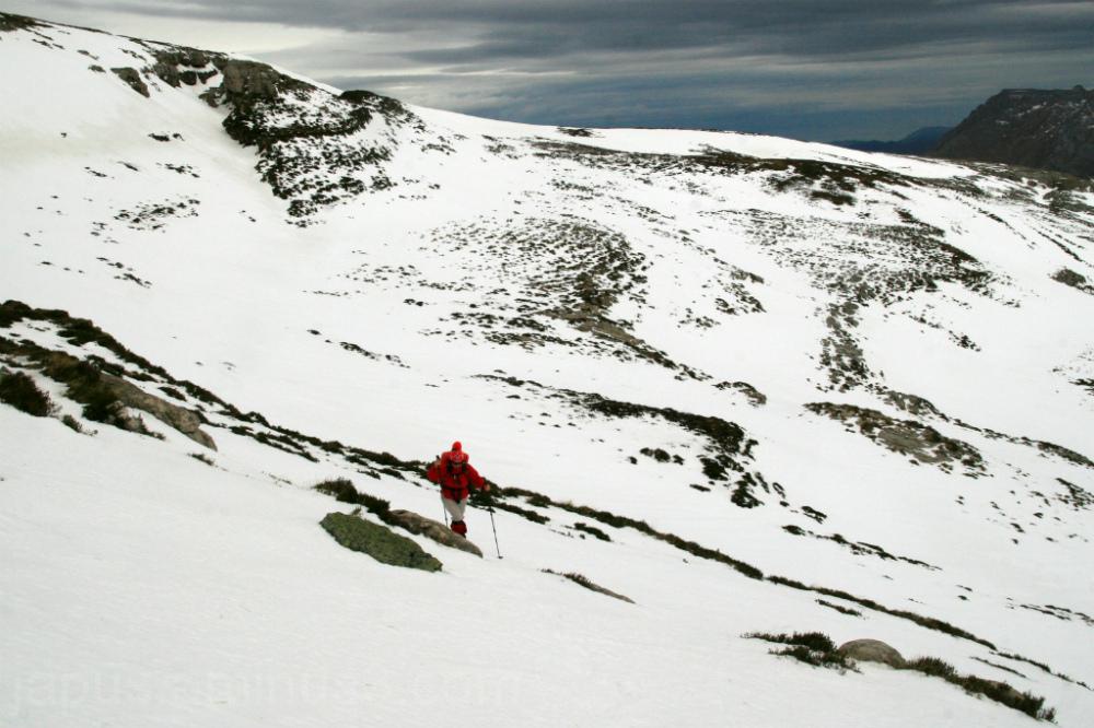 Subiendo al Colina por las palas nevadas.