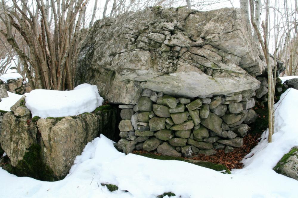 Un abrigo bajo una roca