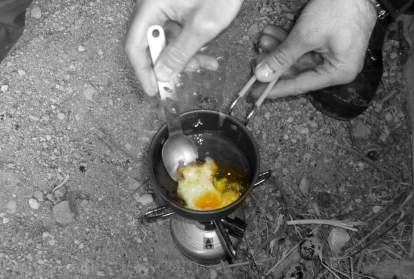 Friendo un huevo de codorniz