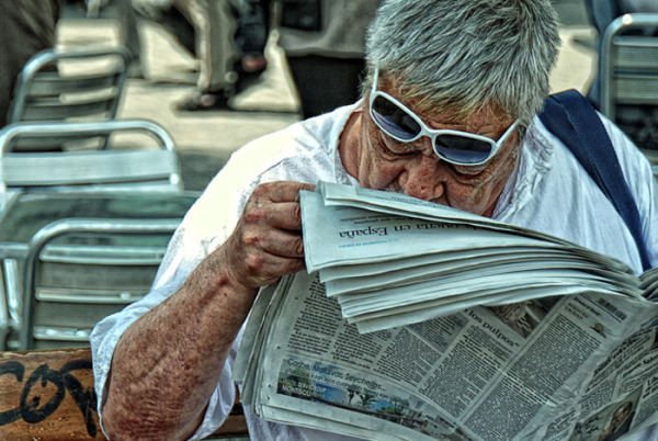 Leyendo el periódico en las Ramblas