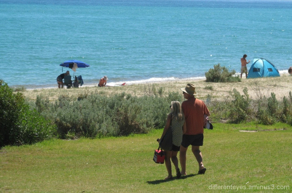 couple heading for Dromana beach