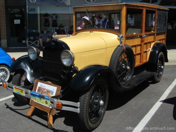 vintage car at 2015 Westernport Festival Hastings