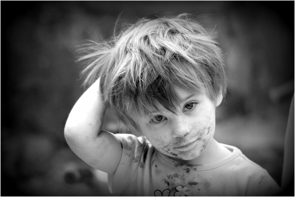 jeune enfant barbouillée de chocolat