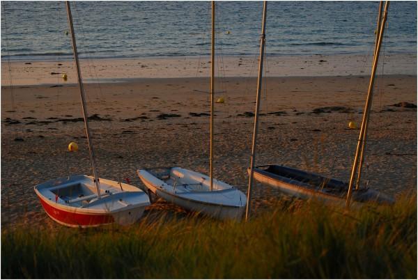 voilier sur la plage, soleil couchant